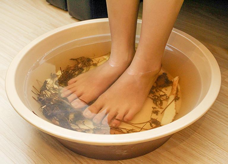 Ngâm tay chân bằng nước chè xanh pha loãng có tác dụng điều trị chứng phong thấp ra mồ hôi