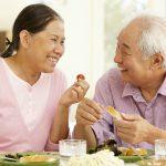 Người già bị táo bón cần có chế độ ăn uống hợp lý. Cần kiêng một số loại thực phẩm để chứng táo bón được cải thiện.