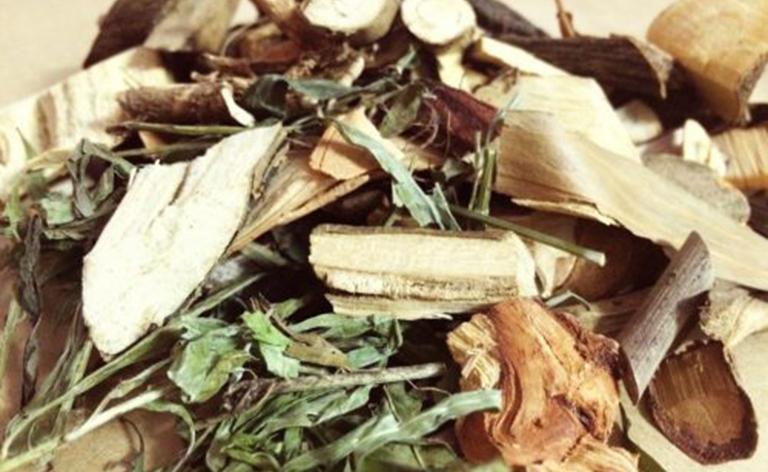 Sử dụng lá lốt kết hợp với các loại thảo dược khác giúp điều trị thoái hóa đốt sống cổ