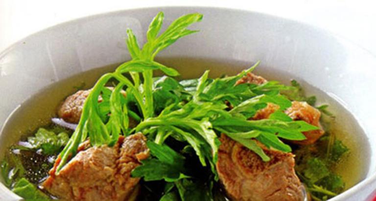 Món ăn sườn hầm ngải cứu giúp bảo vệ cấu trúc của xương, tăng cường sức đề kháng cơ thể