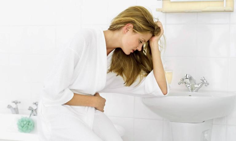 Sau khi sinh, cơ thể người mẹ bị mất nhiều máu, do đó máu ở đại tràng ít hơn bình thường. Điều này dẫn đến chứng táo bón.