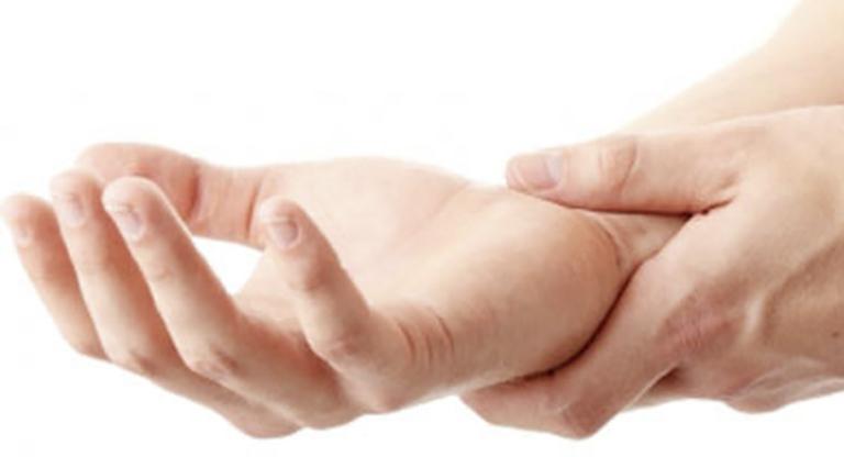 Tê tay là triệu chứng thường gặp khi bị thoái hoá đốt sống cổ