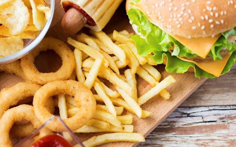 Các chất béo bên trong thực phẩm chế biến kết hợp với virus gây bệnh, khiến bệnh nặng hơn