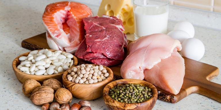 Thịt, cá, trứng sữa cung cấp protein giúp cơ thể mẹ