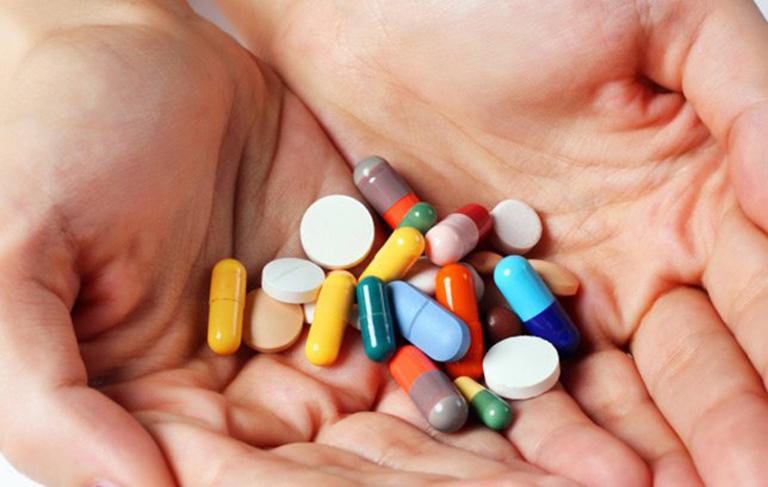Điều trị bằng thuốc Tây giúp mang lại hiệu quả nhanh chóng nhưng có nhiều tác dụng phụ