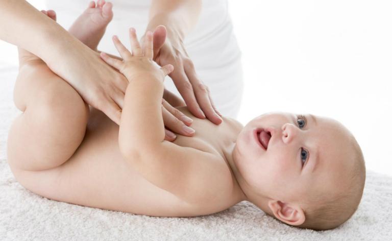 Bôi kem dưỡng ẩm cho trẻ, bôi thuốc chống côn trùng,... sẽ giúp trẻ không bị ngứa da, gây khó ngủ.