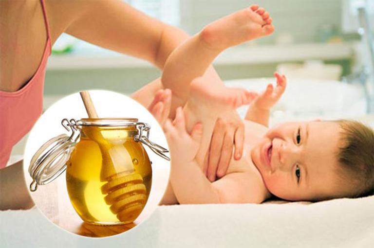 Sử dụng mật ong đúng cách giúp điều trị táo bón cho trẻ sơ sinh an toàn và hiệu quả