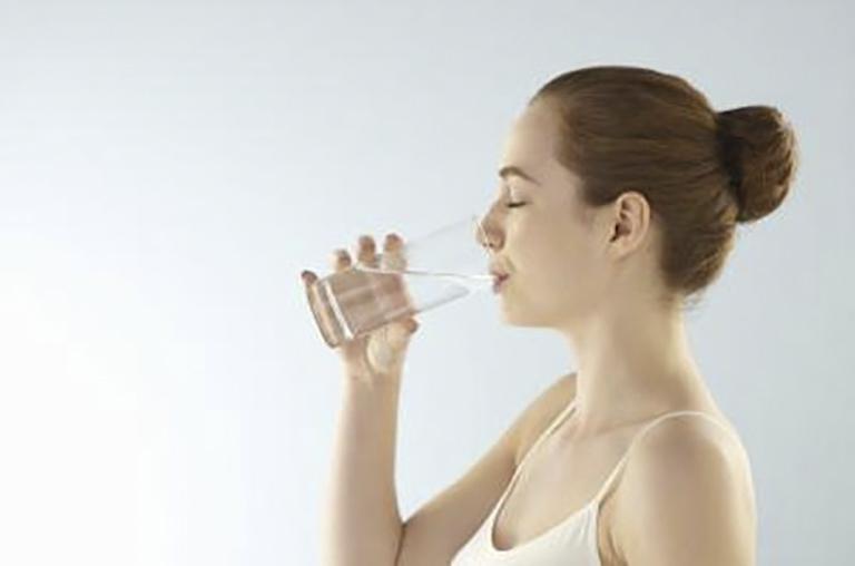 Uống nhiều nước giúp loại bỏ nấm men ra khỏi cơ thể