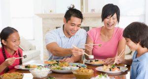 Vi khuẩn HP tấn công trực tiếp vào cơ thể qua đường miệng. Khi ăn uống, tiếp xúc với nước bọt người bệnh, bạn có thể bị nhiễm khuẩn HP.