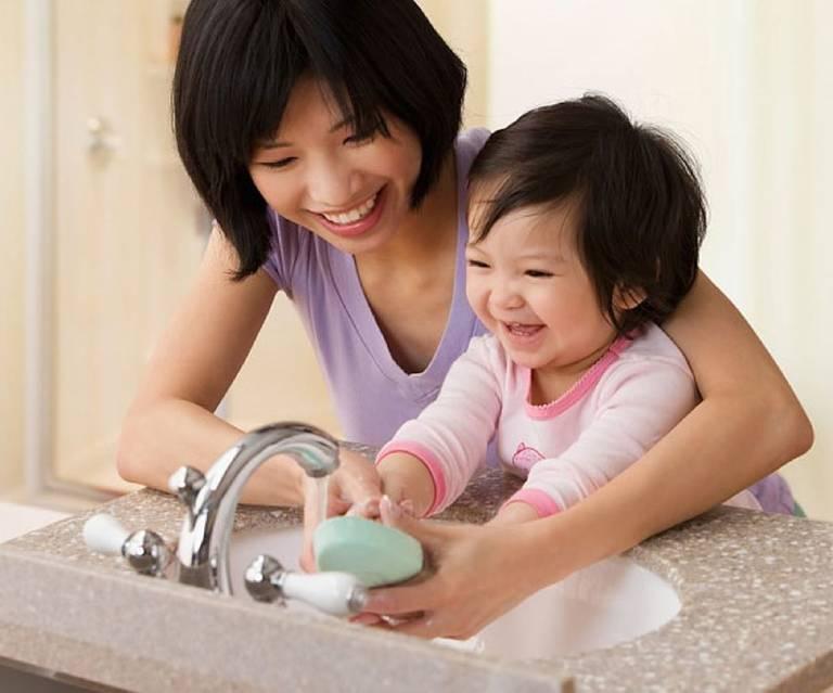 Dạy trẻ rửa tay bằng xà phòng để bảo vệ sức khỏe