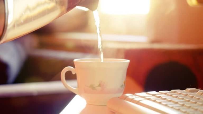 Uống nước ấm để xoa dịu cảm giác khó chịu