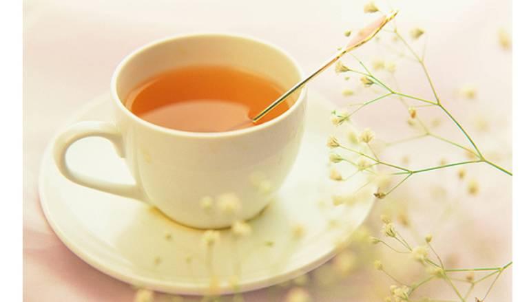 Uống mật ong pha nước ấm để cải thiện tình trạng viêm họng