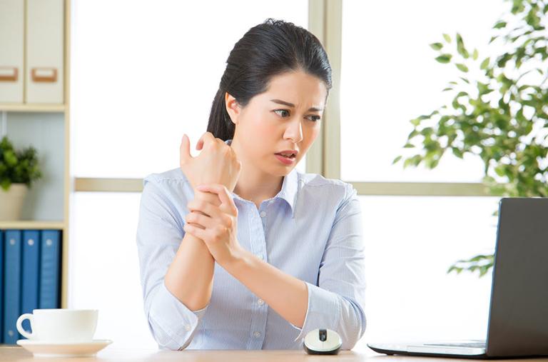 Viêm khớp dạng thấp gây chỉ cần chạm nhẹ cũng có thể gây đau đớn