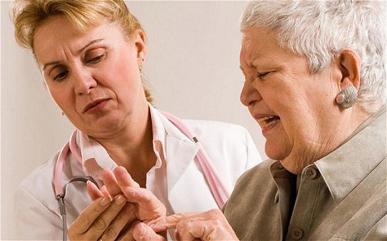 Viêm khớp dạng thấp huyết thanh dương tính gây đau nhức, ảnh hưởng đến vận động xương khớp