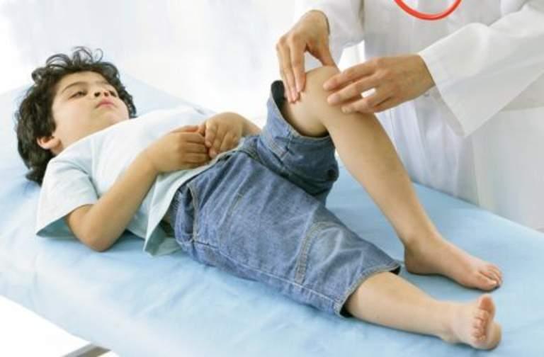 Khi bị viêm khớp phản ứng, trẻ bị sốt nhẹ, mệt mỏi, đau nhức cả người