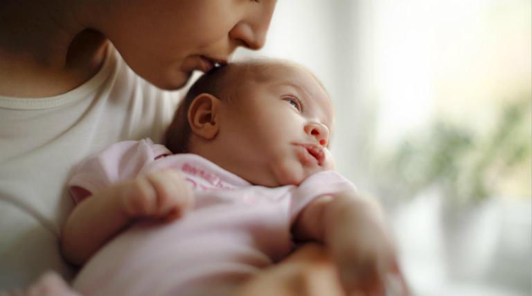 Trẻ bị viêm tiểu phế quản thường có các triệu chứng như sốt, ho, sổ mũi, khó thở,...