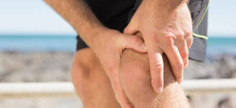Người bệnh viêm tràn dịch khớp gối sẽ thường xuyên có cảm giác đau nhức, khó chịu