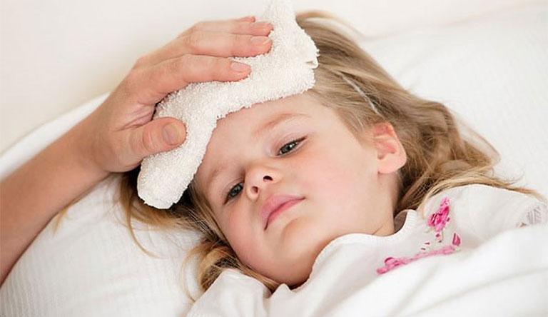 trẻ bị đau bụng đi ngoài và sốt