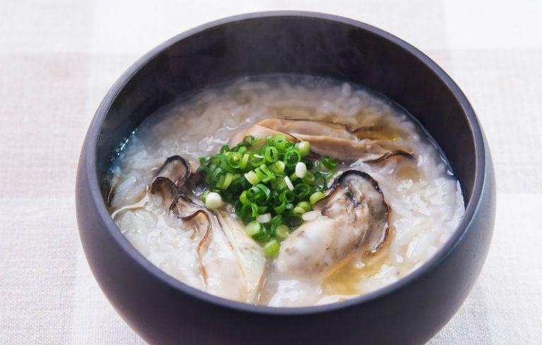 Nên ăn món cháo hàu nấu với thịt trai khi nóng. Món ăn này giúp bổ sung dinh dưỡng, giúp nam giới tăng ham muốn và khỏe mạnh.