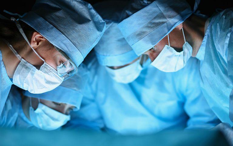 Người bệnh bạch biến có thể điều trị bằng cách phẫu thuật cấy ghép da.