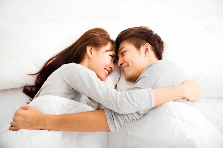 Đời sống tình dục lành mạnh sẽ giúp các quý ông phòng và trị tinh trùng bị tình trạng vón cục và có màu vàng