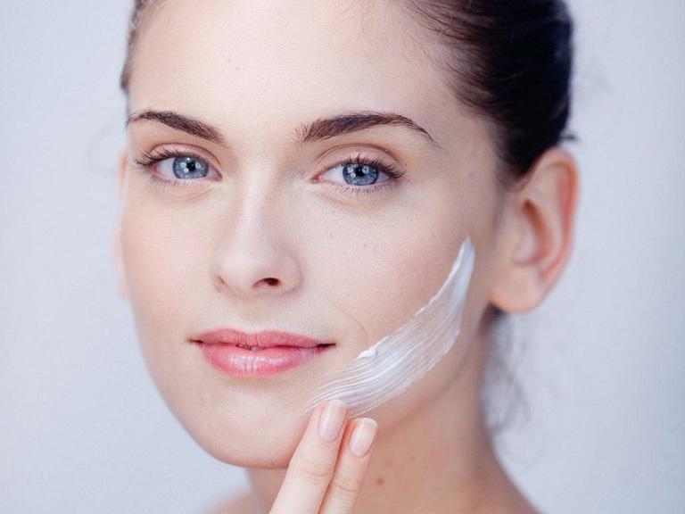 Cách trị khô da mặt bằng kem dưỡng ẩm