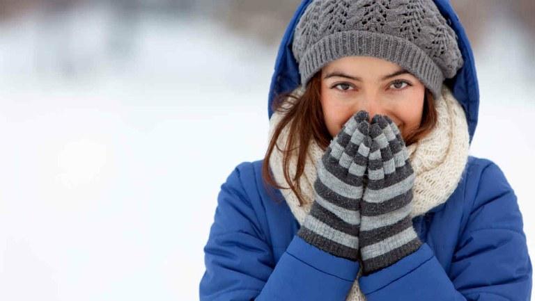 Người bệnh viêm amidan cần chăm sóc tại nhà đúng cách: giữ ấm cơ thể khi trời lạnh, ăn uống đủ chất, giữ tinh thần lạc quan,...