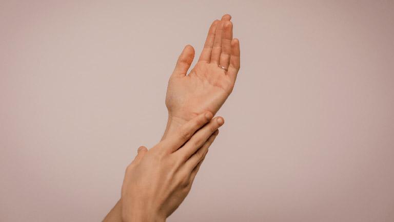 chữa u bao hoạt dịch khớp cổ tay