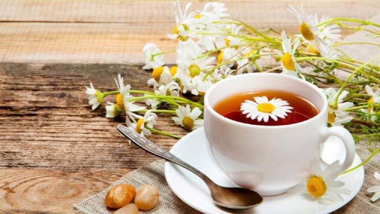Có thể sử dụng trà gừng hoặc trà hoa cúc để cải thiện tình trạng này