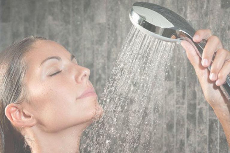 Tắm nước nóng thường xuyên cũng dễ khiến da bị khô đi