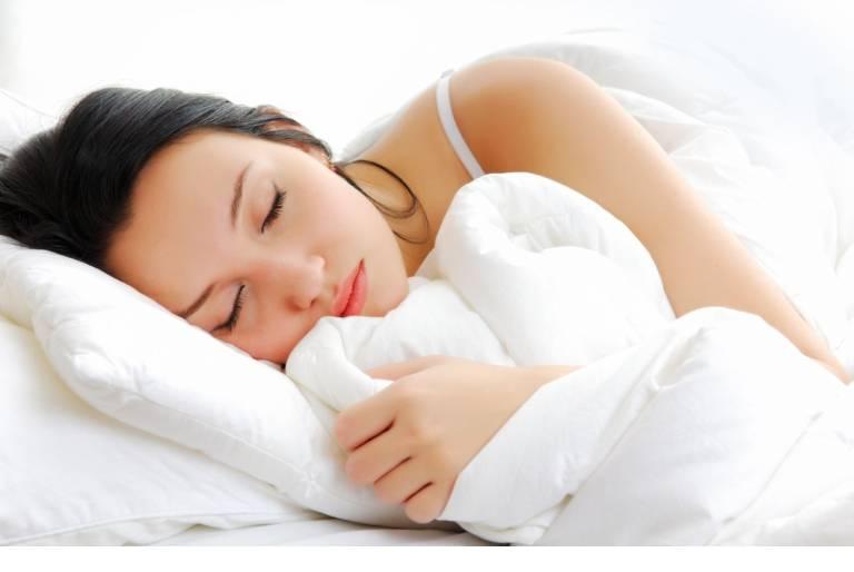 Ngủ sớm sẽ giúp chị em có một làn da đẹp, khỏe mạnh và tươi tắn