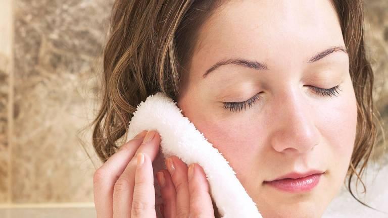Rửa sạch mặt thường xuyên với nước muối pha loãng và lau khô bằng khăn bông mềm
