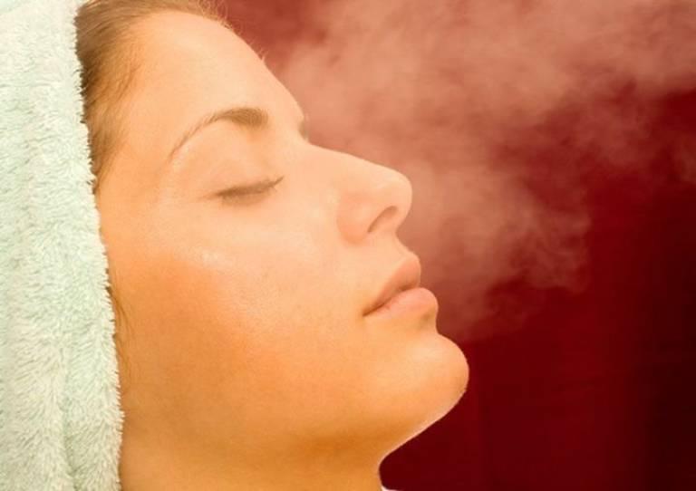 Xông hơi cho da mặt bằng thảo dược sẽ giúp tăng cường thải độc da