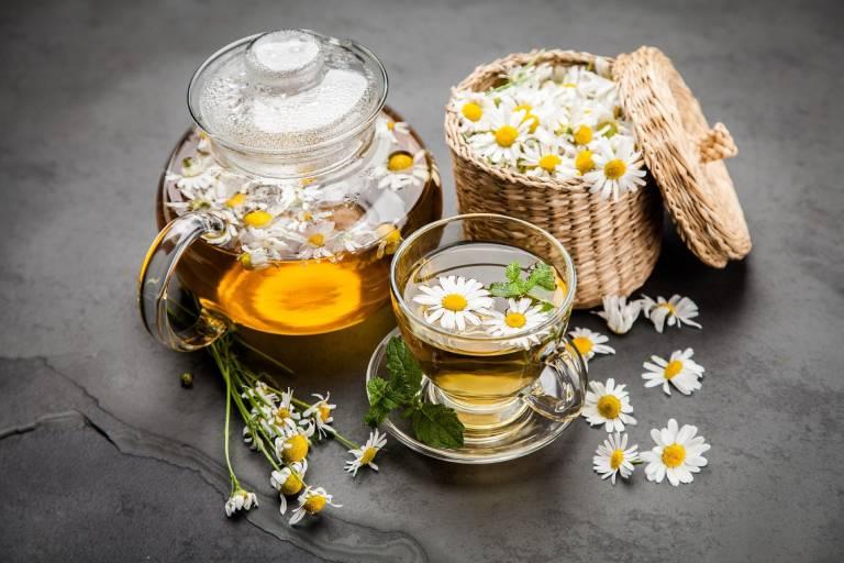 Có thể dùng trà hoa cúc để cải thiện chứng co thắt bụng
