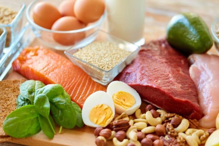 Có thể ăn thực phẩm giàu đạm nhưng phải được thái nhỏ, hầm kỹ để dễ tiêu hóa