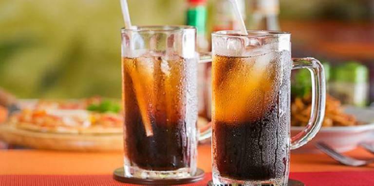 Cần hạn chế uống nước ngọt khi bị đau bụng đi ngoài