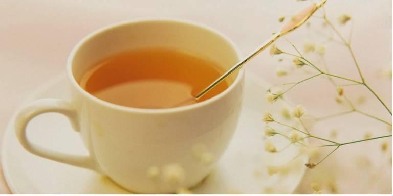 Sử dụng mật ong pha nước ấm có thể xoa dịu cơn đau đáng kể