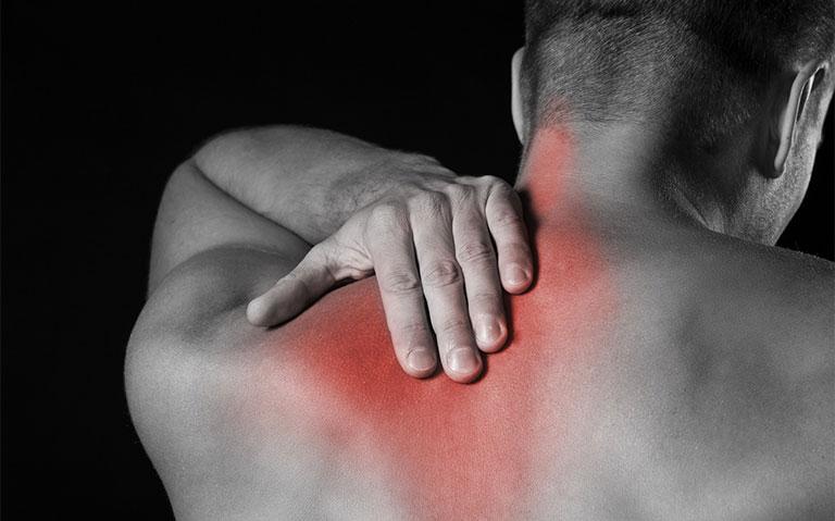nguyên nhân gây đau dưới xương bả vai bên trái sau lưng