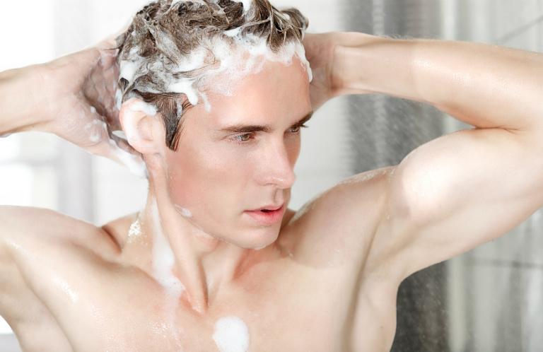 Nam giới bị rụng tóc có thể khắc phục bằng cách dùng một số loại dầu gội giúp ngăn ngừa rụng tóc.