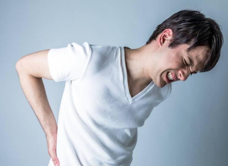 Đau lưng dưới gần mông có thể do nhiều nguyên nhân