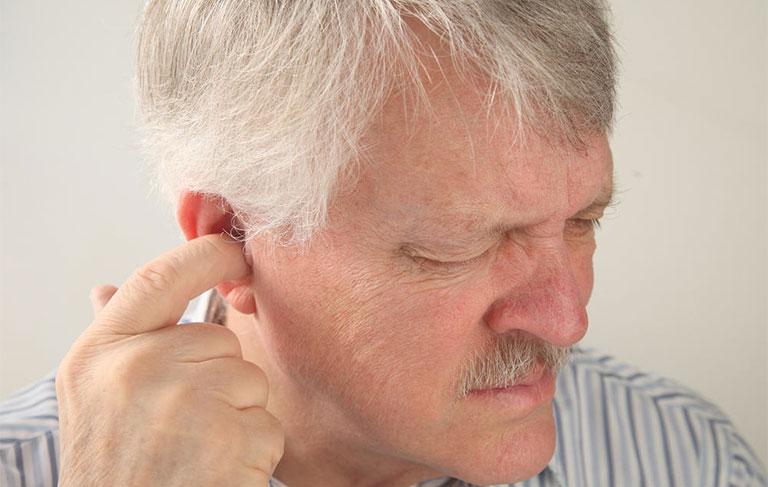 đau nhức bên trong lỗ tai trái