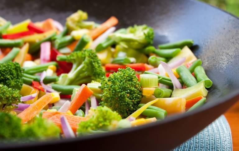 Tăng cường ăn nhiều rau xanh, xây dựng chế độ ăn uống hợp lý là biện pháp phòng ngừa tốt nhất