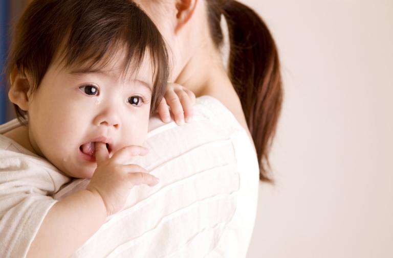 Bí tiểu là tình trạng trẻ buồn tiểu nhưng không thể đi tiểu được. Trẻ sẽ bứt rứt, khó chịu, đau bụng.