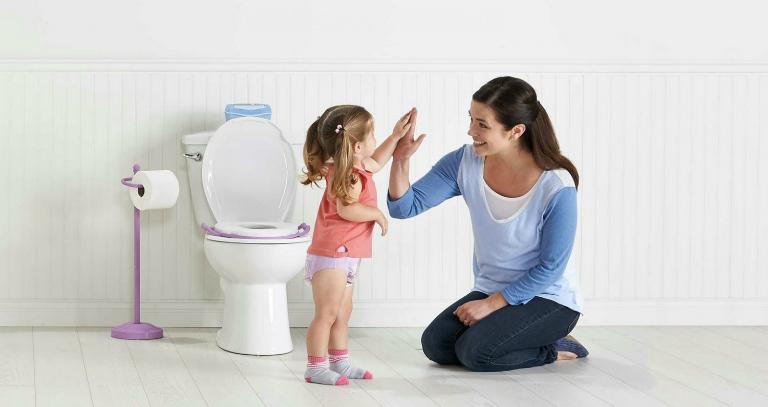 Khắc phục tình trạng bí tiểu ở trẻ tại nhà bằng cách chườm khăn ấm ở bụng dưới cho trẻ, xi tiểu, ngâm mình nước ấm,...