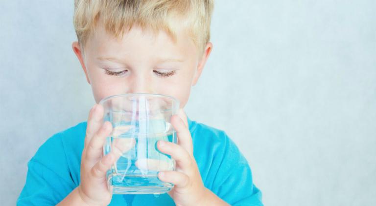Nếu trẻ uống thiếu nước, dẫn đến tình trạng tiểu ít, cần cho trẻ uống đầy đủ nước để khắc phục.