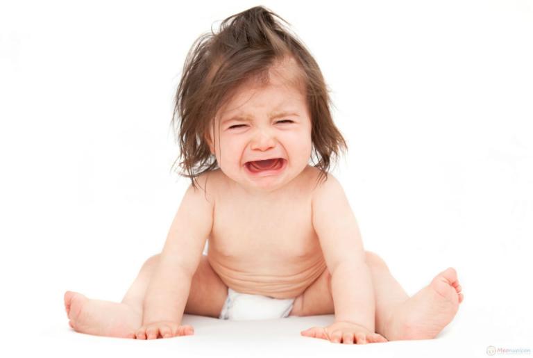 Nguyên nhân gây bí tiểu ở trẻ có thể là do trẻ bị viêm mô tế bào, táo bón, hẹp van niệu đạo sau,...