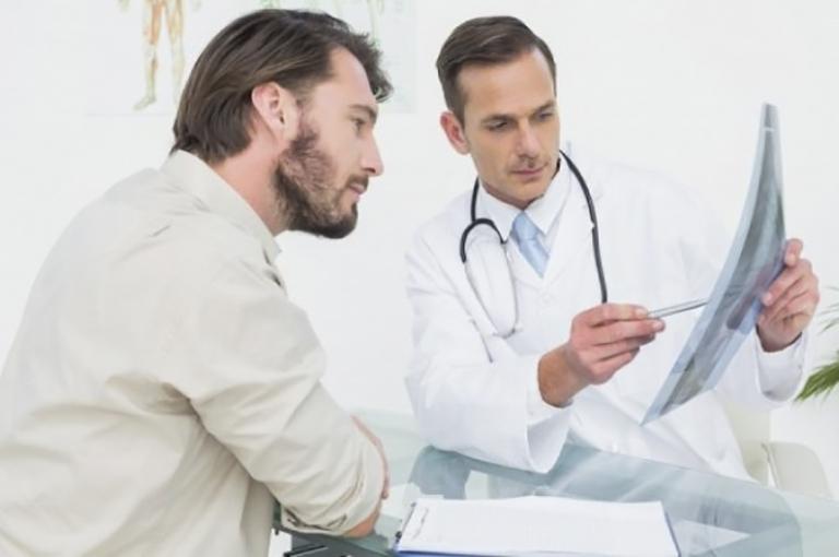 Khi bị yếu sinh lý, nam giới nên đến gặp bác sĩ chuyên khoa để được chỉ định điều trị phù hợp
