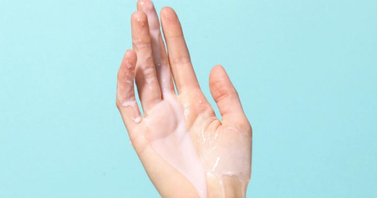 Có thể nhận biết tinh trùng yếu qua mắt thường bằng các dấu hiệu như: tinh dịch có màu lạ, tinh dịch bị vón cục, tinh dịch quá lỏng, tinh dịch có mùi lạ,...