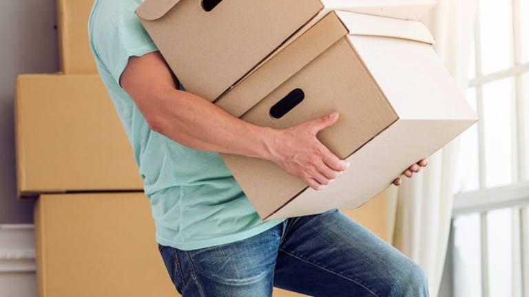 Mang vật nặng bị đau lưng là tình trạng thường xảy ra ở nhiều người