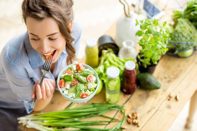 Sau phẫu thuật, người bệnh tăng cường bổ sung rau xanh và trái cây tươi, tốt cho quá trình hồi phục